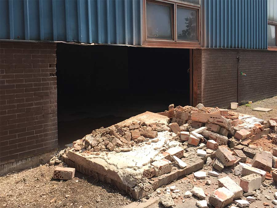 Izrezan otvor za ugradnju garaznih vrata s vanjske strane
