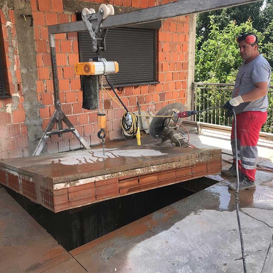 Izvlacenje izrezanog betonskog bloka elektricnom dizalicom
