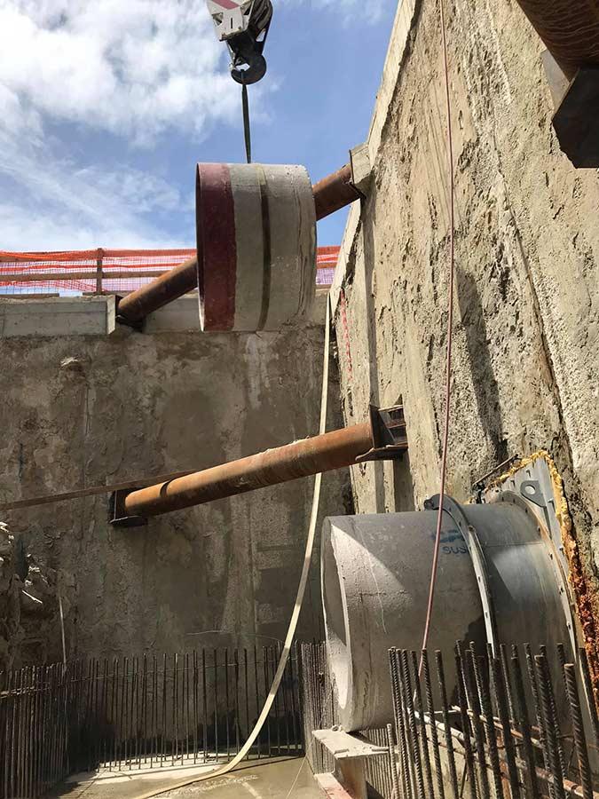 Izvlacenje odrezane kanalizacijske cjevi