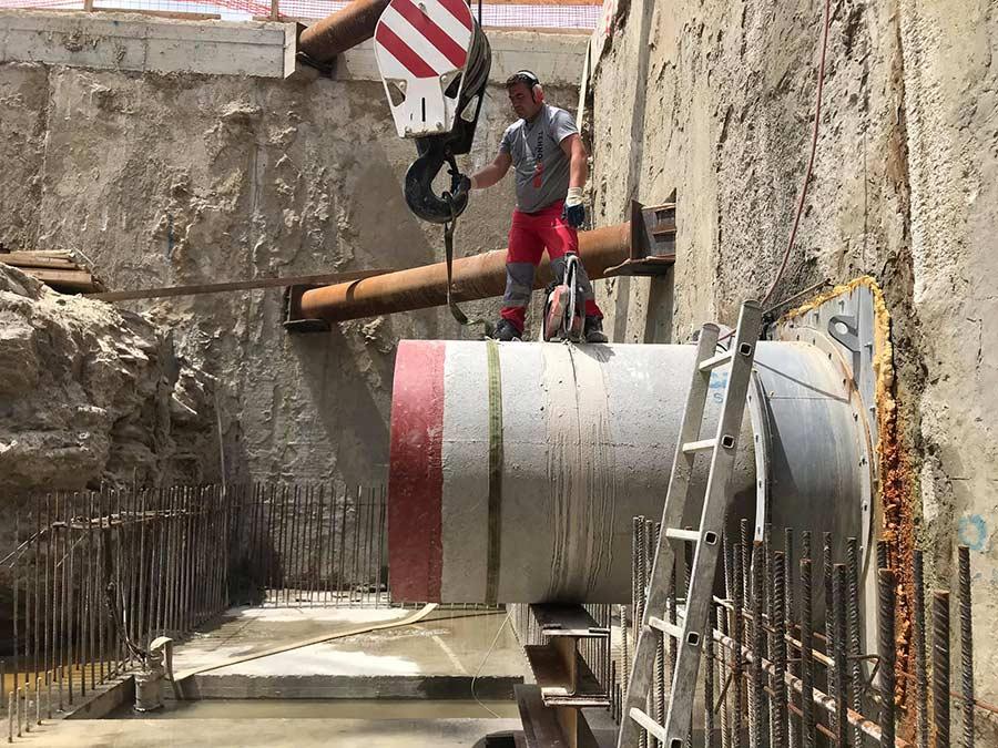 Priprema za zvlacenje odrezane kanalizacijske cjevi