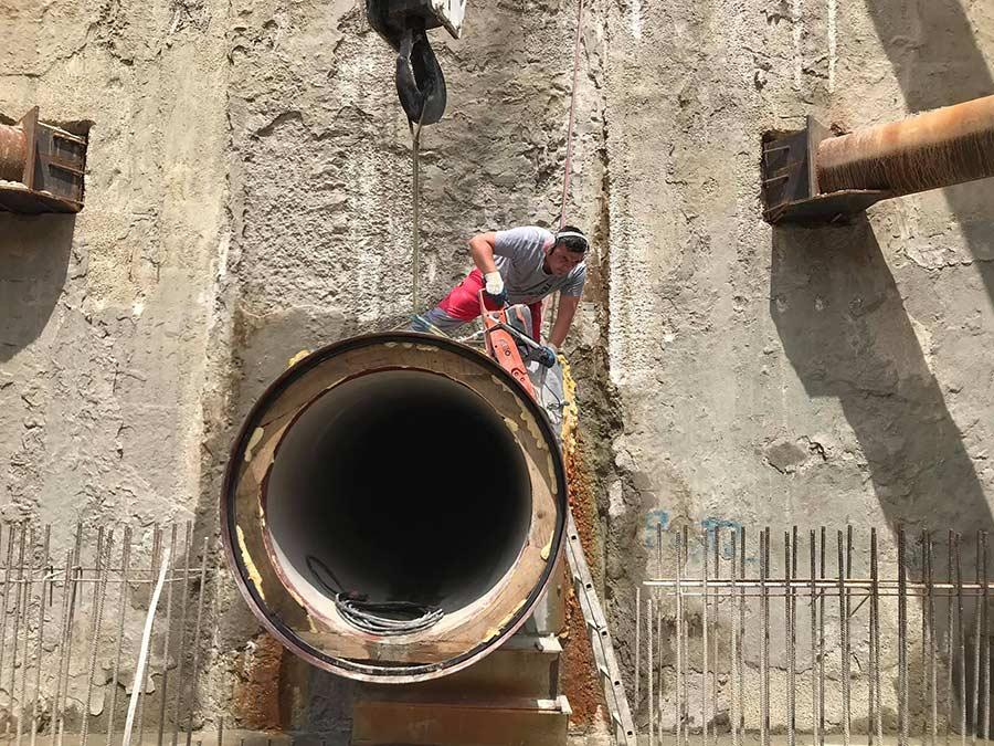 Rucno rezanje kanalizacijske cjevi