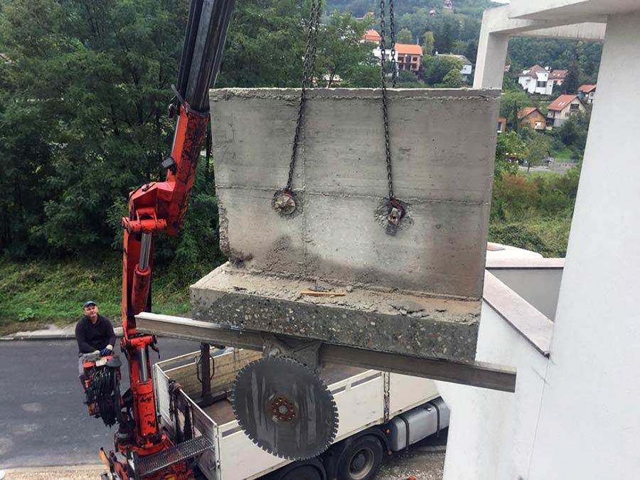 Utovar izrezanog betonskog bloka